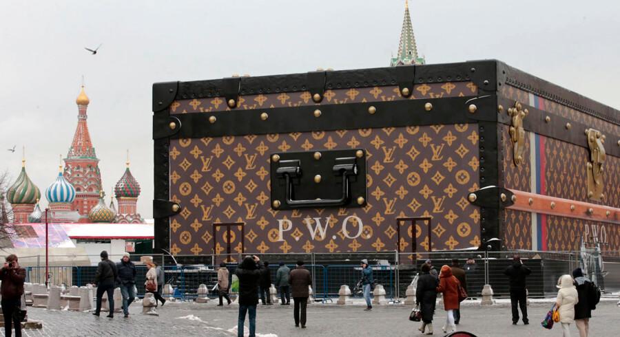 Nedrivningen af den gigantiske Louis Vuitton kuffert er i gang. Putin nægter at have den stående på Den Røde Plads i Moskva.