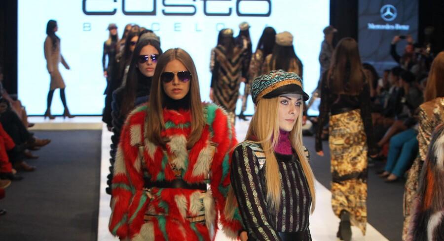 Modemessen Peru Moda i hovedstaden Lima, der fandt sted i den forgangne uge, skal promovere Perus varer i form af tekstiler for udlandet. Her er det designer Custo Barcelonas efterårs/vinterkollektion, der er på podiet. Foto: Paolo Aguilar/EPA