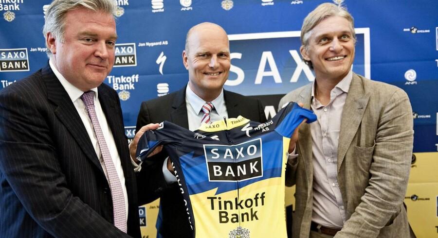 Oleg Tinkoff (th.) præsenterer det nye sponsorat af Bjarne Riis' cykelhold sammen med Lars Seier (tv).