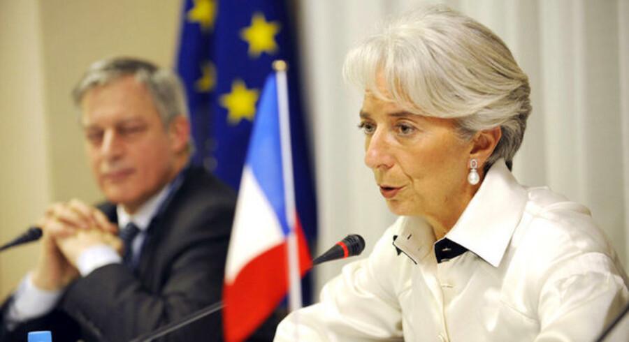 Den franske finansminister, Christine Lagarde, her med den franske centralbankchef Christian Noyer, er parat til at give nye milliarder til Frankrigs banker.