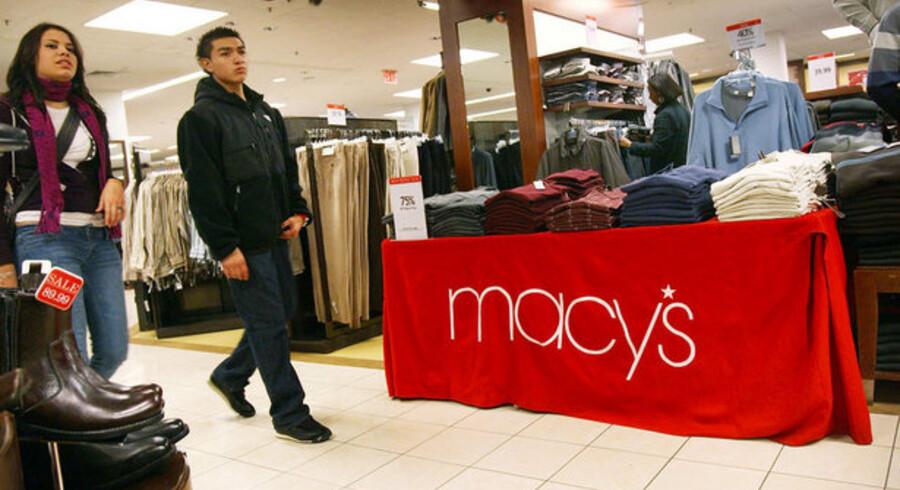 Macy's, der er et af verdens største stormagasiner, fyrer nu 7000 medarbejdere for at skrabe toppen af omkostningerne og komme helskindet gennem krisen.