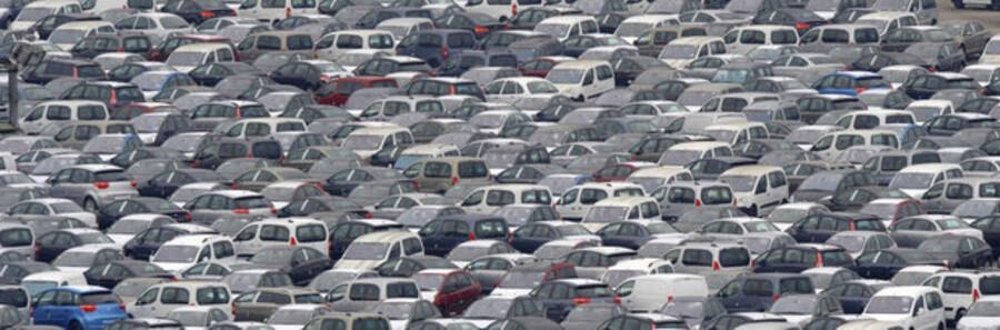 De europæiske bilfabrikkers parkeringspladser bugner af usolgte køretøjer. Her Peugeot-Citröens.