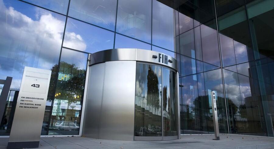 Det internationale kreditvurderingsbureau Moody's sænkede i går sin kreditvurdering af FIH Erhvervsbank. Tiltaget begrundes med fortsatte bekymringer om bankens fundingposition, da den skal refinansiere 50 milliarder kr. i statsgaranteret gæld mellem august 2012 og juni 2013.