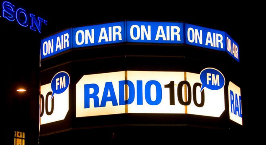Efter en turbulent tid for Radio 100 FM indkalder direktøren i dag til medarbejdemøde. Hvis stationen ikke betaler 22 millioner kroner i dag, bliver sendetilladelsen inddraget.