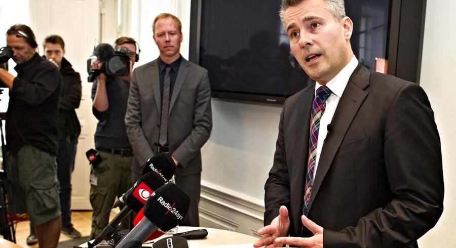 Erhvervs- og vækstminister Henrik Sass Larsen (S) er klar med et justeret lovforslag, der skal redde F1-lånet.