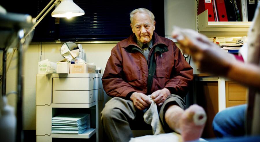 Gode erfaringer med en sygeplejerske-klinik i Valby får nu Københavns Kommune til at tage skridt til at indføre tilsvarende klinikker over hele byen. Berlingske Tidende besøgte klinikken sidste år, hvor en af patienterne, Helge, var ved at få behandlet et sår på foden.