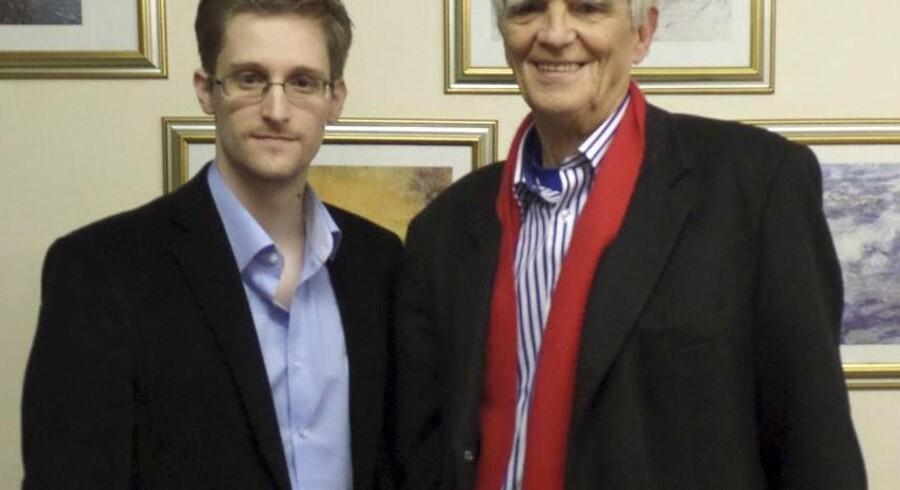 Den tyske politiker Hans-Christian Ströbele fra partiet de Grønne har torsdag besøgt den amerikanske whistleblower Edward Snowden, der er i asyl i Rusland.