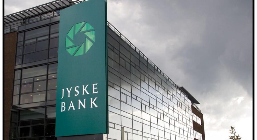 Banken garanterer ifølge Jyllands-Posten kunderne en samlet besparelse på 0,1 pct. point på den samlede pris for et lån, der skal rentefastsættes den 31 december i år, hvis de vælger Jyske Banks F1-lån frem for realkreditselskabet Totalkredits F1-lån.