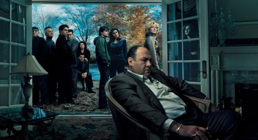 James Gandolfini spiller Tony Soprano med en blanding af prustende, vraltende og grovædende sociopat og charmerende, skarpsindig forfører.