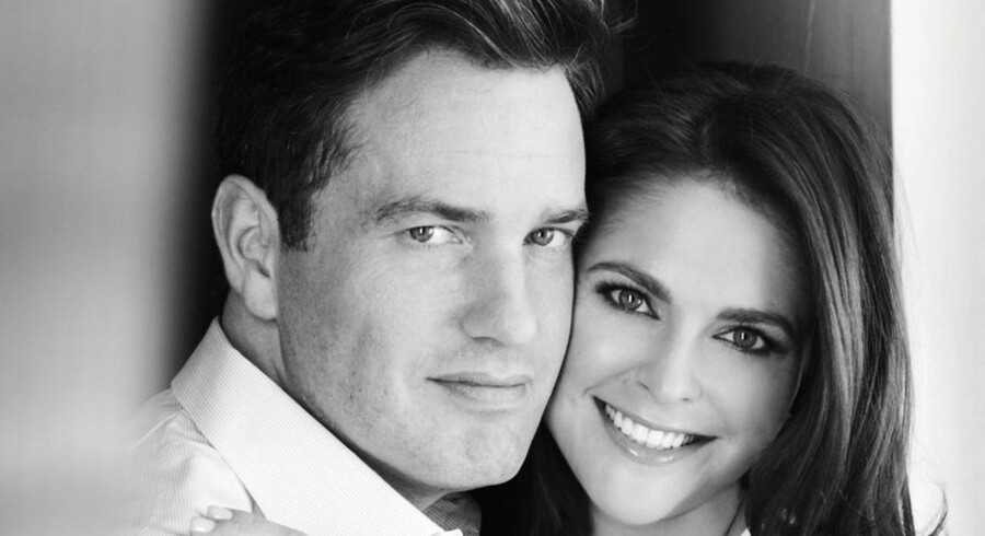 Sådan så et af de officielle billeder ud af det nyforlovede par, prinsesse Madeleine og Christopher O'Neill, da frieriet blev offentliggjort på det svenske kongehus' hjemmeside.