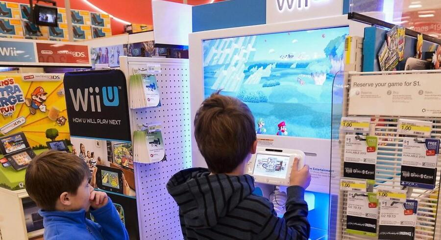 To drenge prøver den nye håndholdte Wii U, som kobles til en TV-skærm via et HDMI-kabel. Foto: Tannen Maury, EPA/Scanpix