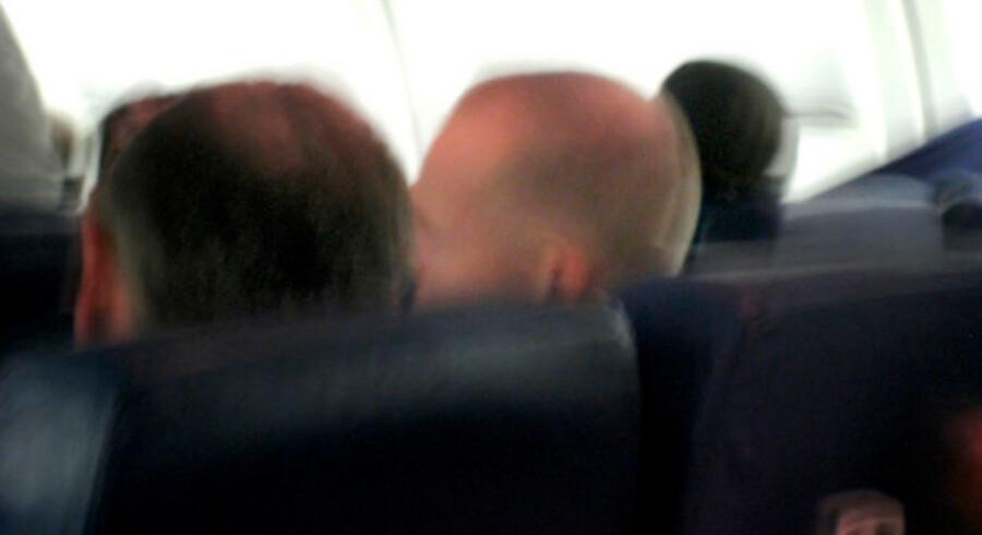 Her ses Stein Bagger ombord på Delta Airlines-flyet fra Atlanta til Københavns Lufthavn. På begge sider af ham sidder amerikanske agenter, som eskorterede den bedragerisigtede til Danmark.