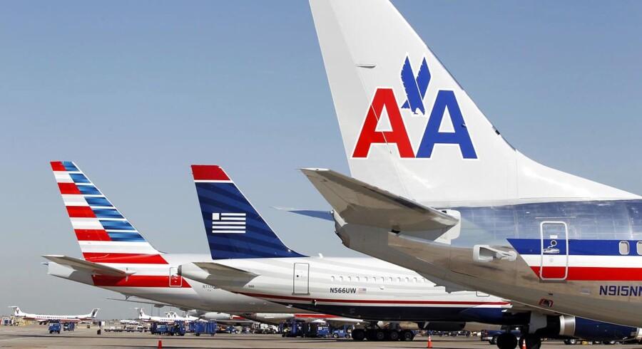 To fly fra American Airlines og et midten et US Airways-maskine linet op i lufthavnen i Dallas-Ft. Worth, Texas. De to flyselskaber vil gerne fusionere, men myndighederne er bekymrede for, om det samlede selskab bliver for stort.