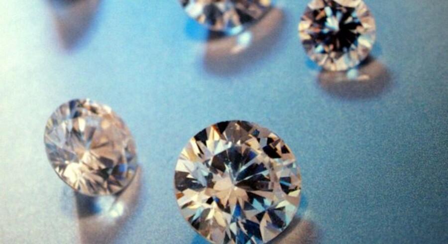 Diamanter varer måske evigt, men de er blevet langt billigere under den globale økonomiske nedtur, og det får regnskabet fra verdens største diamantselskab til at skinne langt mindre.
