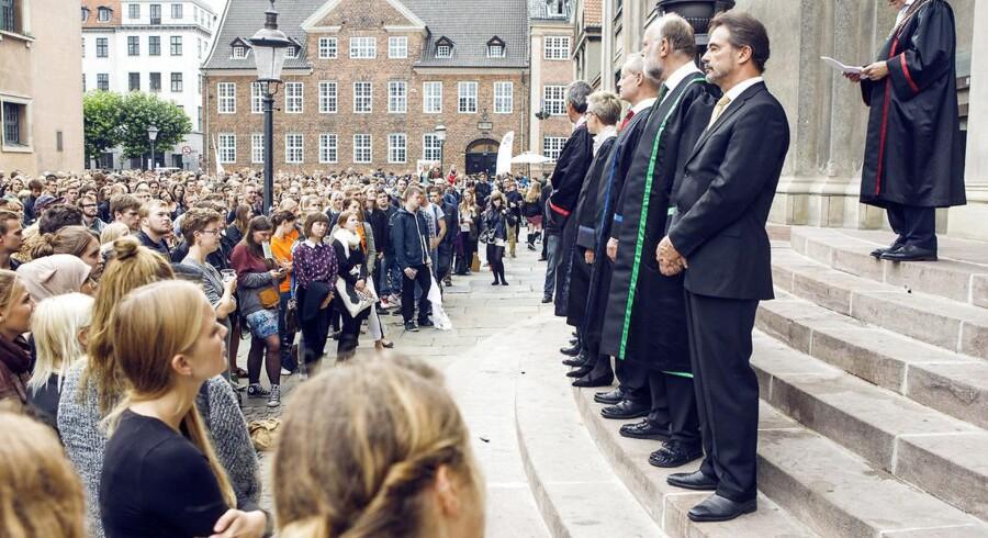 Det er fint at diskutere, om universiteterne i højere grad skal skele til de studerendes mulighed for at få arbejde, når de optager nye studerende. Det mener Liberal Alliance, der dog advarer mod at fokusere for meget på arbejdsløshedstal. Her er det rektor for Københavns Universitet, Ralf Hemmingsen, der hilser nye studerende velkommen på den årlige og traditionsrige immatrikulationsfest for nye studerende i slutningen af august.