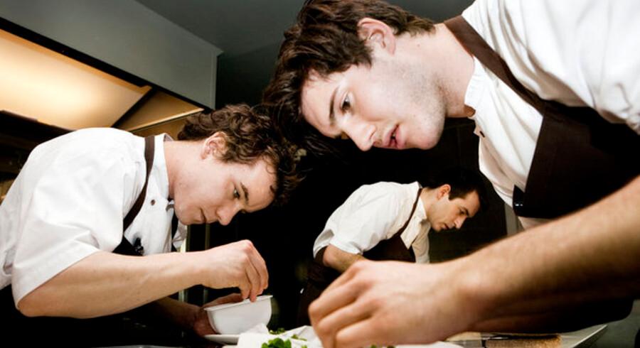 Danskerne kan bare det dér med god mad. Her arbejder kokkene i restaurant Nomas køkken.