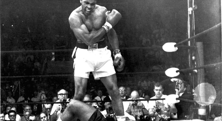 Cassius Clay (senere Mohammed Ali) slår Sonny Liston ud og bliver verdensmester.