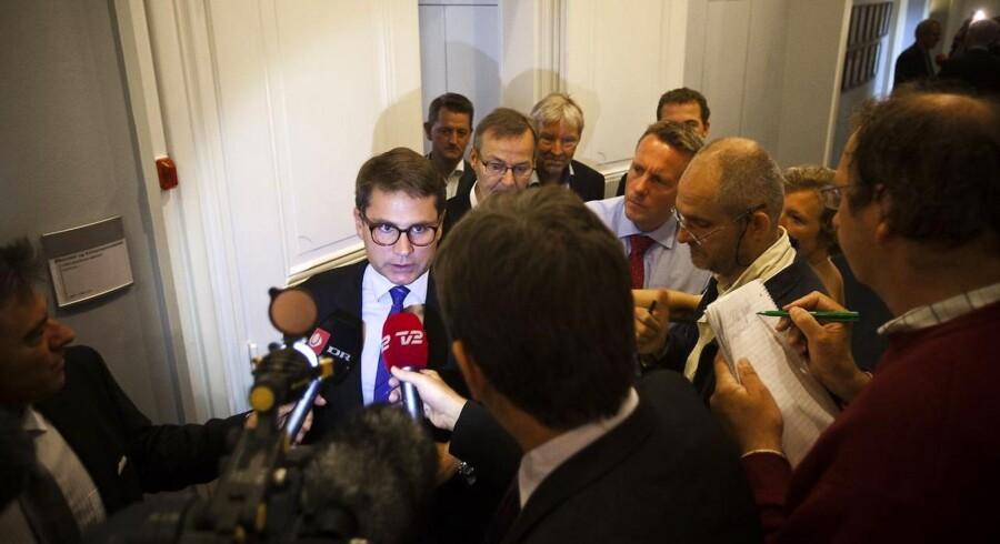 Erhvervs- og økonomiminister Brian Mikkelsen fortalte i sidste uger medierne, at Bankpakke 4 er faldet på plads. Men så begyndte Enhedslistens Frank Aaen at stille spørgsmål.
