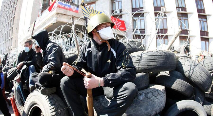 Prorussiske oprørere har barrikaderet sig ved en regional administrationsbygning i Donetsk med bat og hjelme.