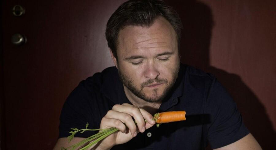 Fødevareminister Dan Jørgensen (S), som her er på besøg i Super Brugsen på Christianshavn i København, vil tale med detailhandelen i et forsøg på at nedbringe danskernes madspild.