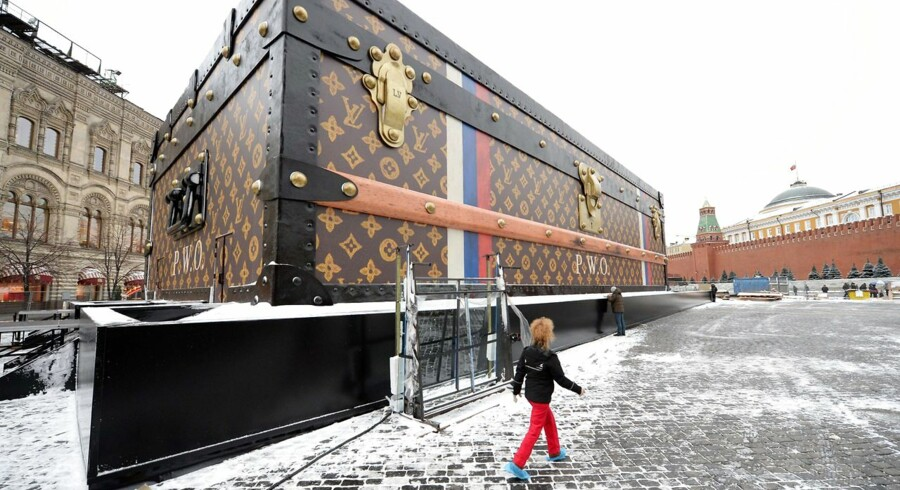 Den enorme kuffert blev samlet i sidste uge i hjertet af Moskva på Den Røde Plads, som en del af en kommende udstilling for at markere de berømte ejere af det ikoniske varemærke.