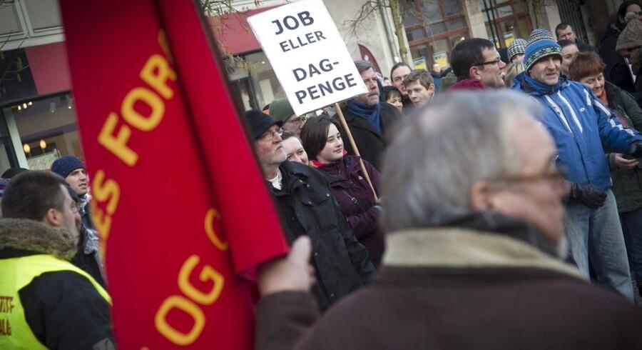 Arbejdsløsheden er i realiteten højere, end statistikkerne viser, anfører økonomer - blandt andet på grund af dagpengereformer.