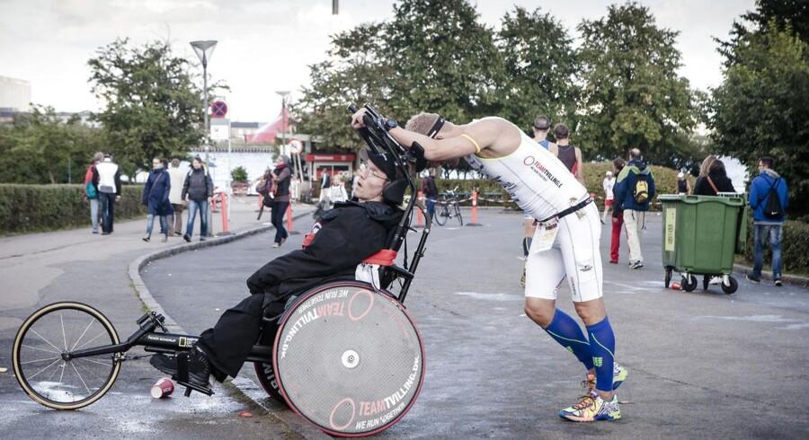 Tvillingeparret Steen og Peder Mondrup har sat sig et mål om, at de som det første tvillingepar i verden skal gennemføre en ironman. Og så er de sådan set ligeglade med, at Peder Mondrup er spastiker og har siddet i kørestol hele livet.