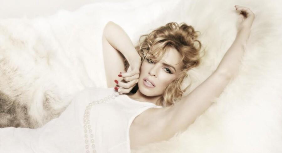 """Store dele af popverdenen har ligget for Kylie Minogues fødder siden 1988, hvor hun brød igennem med """"Locomotion"""". Mandag udsender den 45-årige popdiva sit 12. album. Foto: PR"""