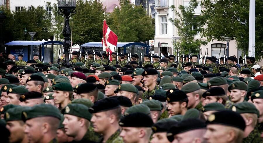 Soldater, hjemmeværns- og beredskabsfolk, der har været udstationeret i det forgangne år, går hvert år parade landet over på Danmarks Nationale Flagdag, der ærer de danskere, der gør eller har gjort tjeneste for Danmark under fremmede himmelstrøg.