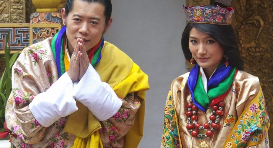 Kong Jigme Khesar Namgyel Wangchuck af Bhutan møder journalisterne efter sin vielse med konen, DronningJetsun Pema.