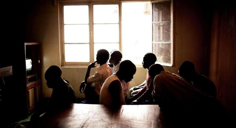 Unge teenagere, der bor på et Røde Kors-støttet hjem for tidligere børnesoldater i det østlige DR Congo.Med jævne mellemrum får centeret også besøg af børn, som er blevet tvunget i kamp af præsident Kabilas nationale hær, FARDC. Flere danske pensionsselskaber låner penge til statsbudgettet i landet via investeringer i statsobligationer.