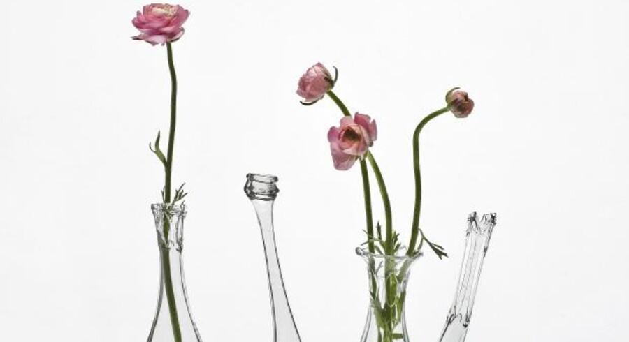 Smeltede flasker Bettina Schori laver sodavandsflasker om til dekorative vaser ved at omsmelte dem til nye former. Vaserne koster 390 kr. pr. stk.