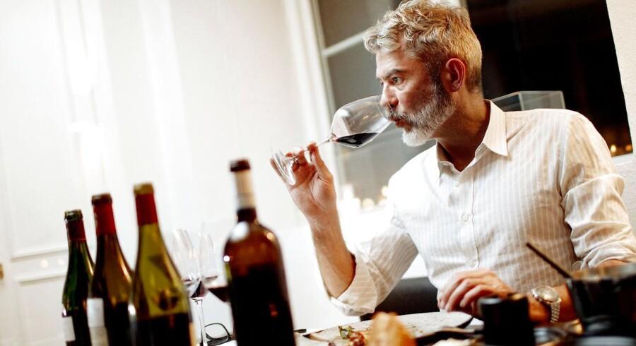 Søren Frank smager på vine der passer til vildt - idag tilberedt af kokken Rasmus Grønbech fra restauranten Grønbech & Churchill.