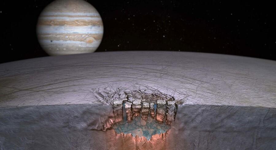 Sådan forestiller forskerne sig, at der skabes forbindelse mellem Jupiter-månens Europas isdækkede overflade og den fjerne månes underliggende, flydende ocean. Foto: Reuters/University of Texas.