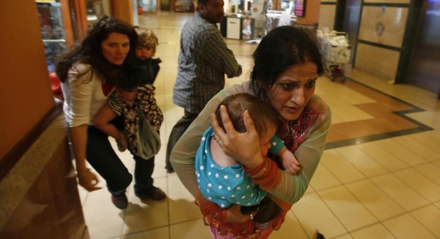 Kunderne i Westgate Shopping Centre i Nairobi kastede sig ned bag borde og stole og flygtede i panik, da bevæbnede mænd og kvinder fra den somaliske al-Shabab-milits stormede centret og skød vildt omkring sig. Mange af de dræbte ligger stadig i butikkerne og caféerne i det fashionable indkøbscenter.