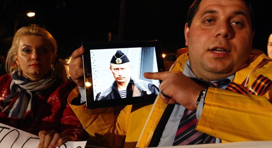 En russer med penge i Cyprus Popular Bank er utilfreds med, at forhandlinger mellem Rusland og Cypern ikke har resulteret i en livline til Cypern. Her fremviser han på en iPad et billede af den russiske præsident Vladimir Putin.Foto: Katia Christodoulou