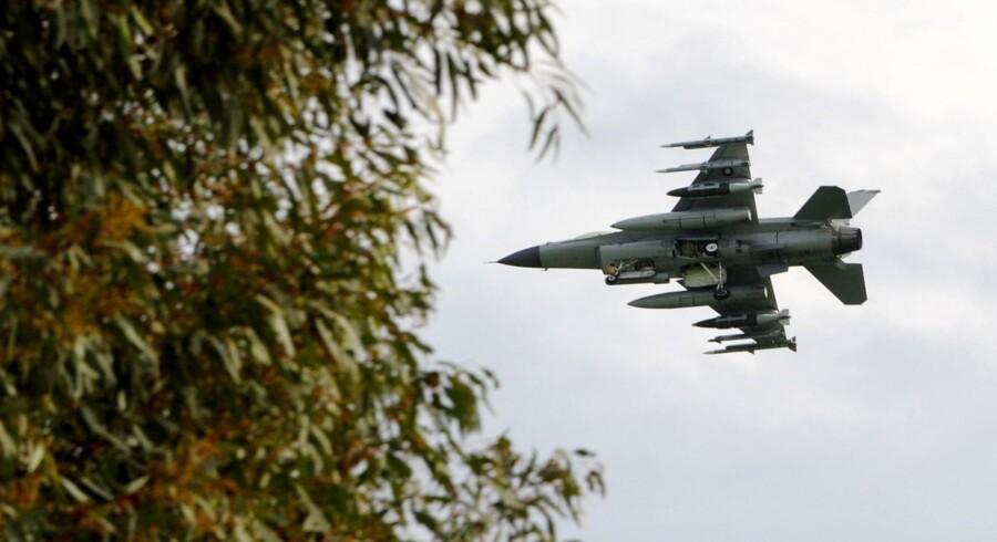 En af de seks danske F-16-jagere lander på Sigonella-basen.