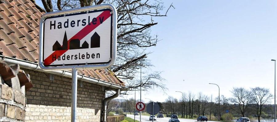 Ukendte gerningsmænd har fjernet byskiltet i Haderslev, hvor bynavnet også står på tysk. Borgmester H.P. Geil vil ikke sætte skiltet op igen.