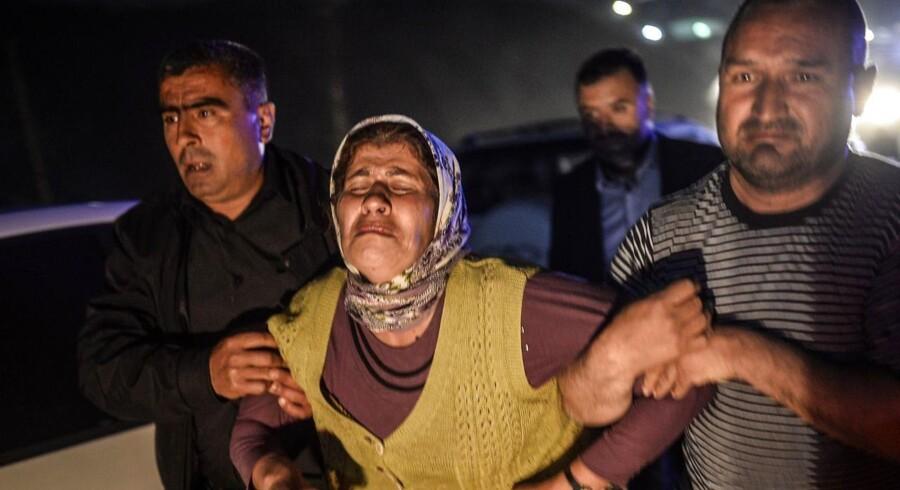 Folk græder efter at have hørt om døde pårørende i Manisa.