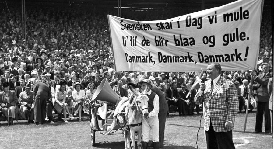 1946. Fodboldlandskamp i Idrætsparken mellem Danmark og Sverige. Skuespilleren Osvald Helmuth varmer publikum op inden kampen.Flere billeder af Danmark i gamle dage? Sådan så Dyrehavsbakken ud i gamle dage