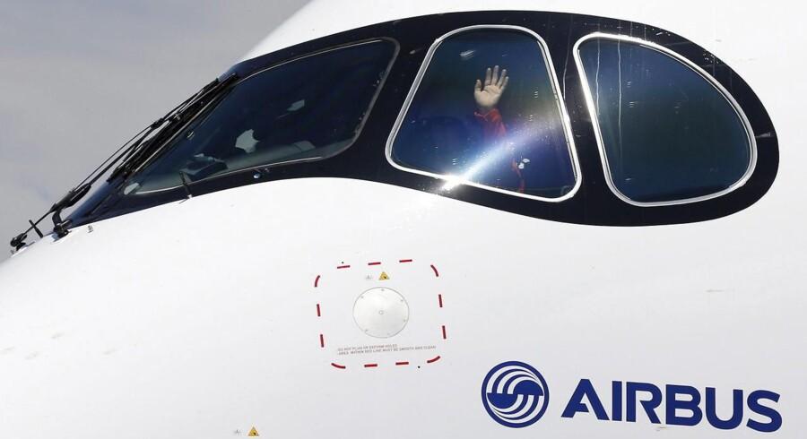 En af piloterne vinker ud til tilskuerne efter at have foretaget Airbus A350s første testflyvning. Flyet ventes at blive taget i kommercielt brug fra udgangen af 2014.