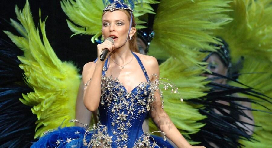 """Kylie Minogue i glitter, fjer og farver. Hun er nu aktiel med et nyt album """"The Abbey Roads sessions"""", der får fire stjerner af Berlingskes anmelder."""