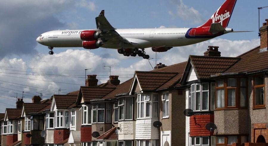 Et fly fra Virgin Atlantic på vej til landing i Heathrow i London, og netop selskabets start- og landingstider i Europas travleste lufthavn er mange penge værd.