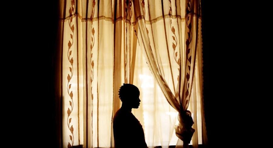 Kvinden er 32 år og patient på Panzi Hospitalet, hvor kvinder og selv små børn ankommer med store skader på underlivet efter voldsomme voldtægter og overgreb, begået af blandt andre FARDC - den nationale regeringstro hær i Den Demokratiske Republik Congo.For fem måneder siden blev hun voldtaget af soldater fra regeringshæren, da hun og to andre kvinder var på vej til markedet. Hun skulle sælge guldklumper, som hun skjulte i sin nederdel. Hun har stadig fysiske mén fra overgrebet.