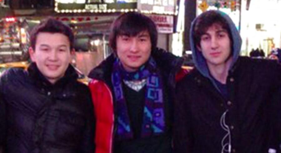 Azamat Tazhayakov (til venstre) står til 25 års fængsel.Til højre ses den ene af de to bombemænd, Dzhokhar Tsarnaev - i midten står Dias Kadyrbayev, Tazhayakovs sambo.