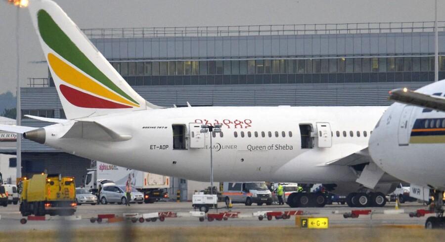Her ses den Ethiopian Airlines-Dreamliner, der brød i brand i Heathrow 12. juli. Nødsenderen er placeret lige foran haleroret.