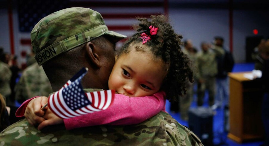En amerikansk soldat vender hjem 20. september og modtages af datteren Malia på 5. år.