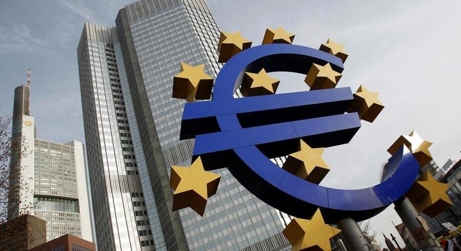 En skulptur af euro-valtaen er placeret foran den Europæiske Central Banks hovedkvarter i Frankfurt. REUTERS/Alex Domanski/File Photo