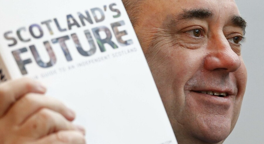 Skotlands førsteminister, Alex Salmond, med hvidbogen der danner grundlag for folkeafstemningen 18. september om skotsk selvstændighed. Fremtidsudsigterne for et selvstændigt Skotland er i øjeblikket et varmt debatemne både nord og syd for den skotsk-engelske grænse. Foto: Russell Cheyne / Reuters