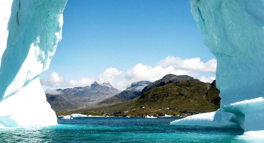 Grønlands planer om at tillade at bryde uran i blandt andet Kvanefjeld, der ses i baggrunden til venstre, skaber strid med Danmark.